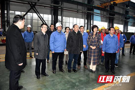 阎京华(前左四)一行深入湘电集团有限公司了解生产情况。