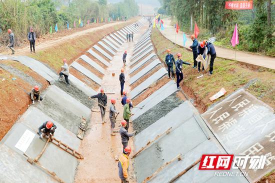 株洲攸县酒埠江灌区灌溉渠建设现场。