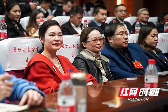 政协委员参加闭幕会。