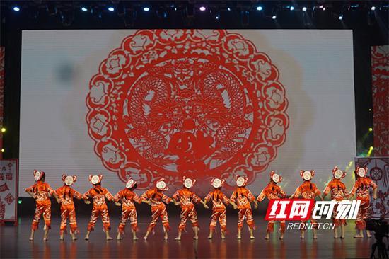 近400名小演员载歌载舞表达新春祝福,在快乐舞台上放飞艺术梦想。