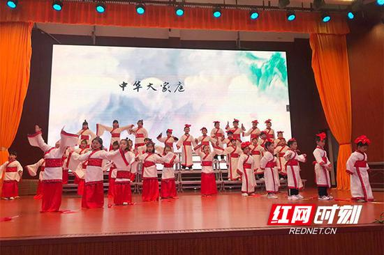 全班齐声吟诵《中国字》。