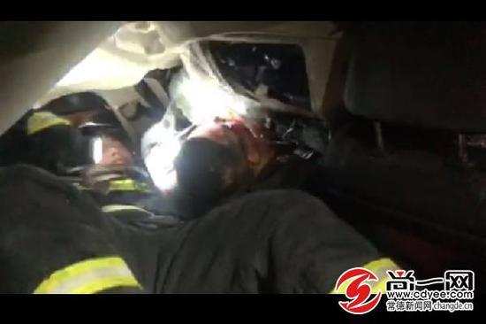 消防员正在救援。视频截图
