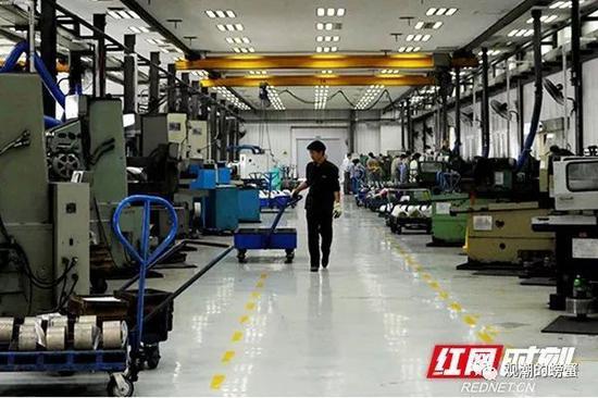 株洲硬质合金集团有限公司工人正在工作。