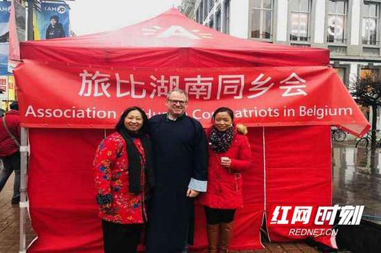 湖南同乡会会长袁蔚(右)、湖南同乡会秘书长萧美兰(左)及其先生IVO。