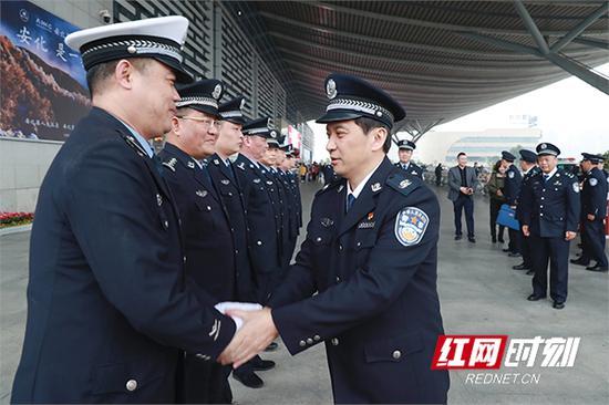 湖南省副省长、省公安厅厅长许显辉与长沙南站民警一一握手。