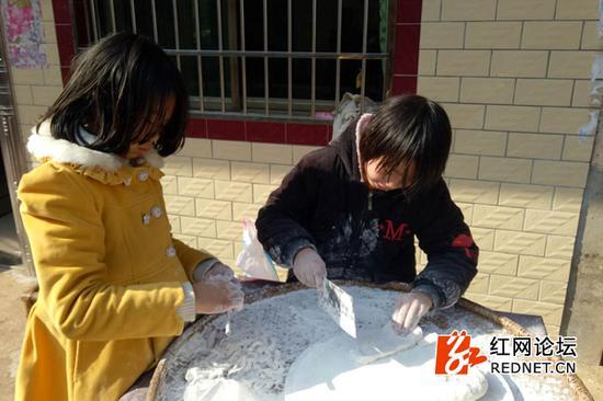 尹家村村民在准备年货。
