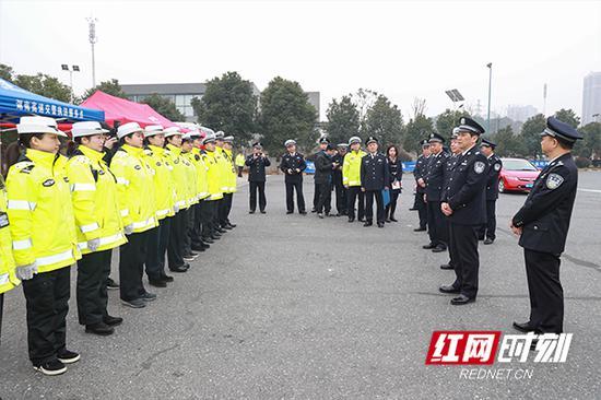 许显辉慰问湖南省交警总队高警局水渡河大队的执勤民警。
