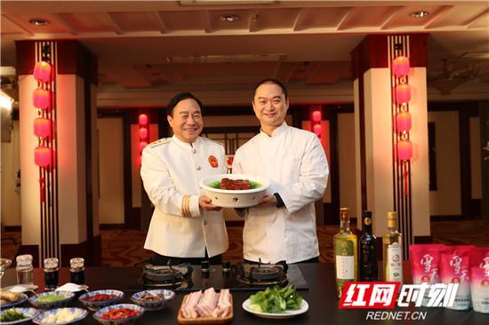 """徐大斌携徒弟谭丰制作""""红烧肉""""。"""