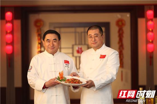 """许菊云、许璨父子共同烹饪""""麻辣子鸡""""。"""