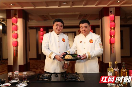 """王墨泉、王焰峰父子共同烹饪的""""发丝牛百叶""""。"""