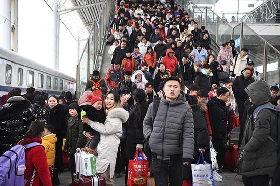 节后铁路春运客流持续攀升,预计发送旅客998万人次 视觉中国 图