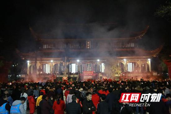南岳大庙聚集了大量祈福游玩的游客。