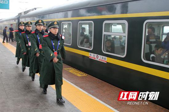 发车前,执勤官兵在站台巡逻。