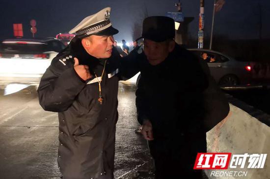 大爷向民警求助,希望民警能帮自己找到孙女。