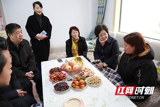 财政部副部长程丽华(右二)在平江县城关镇洪家塅易地扶贫搬迁集中安置点看望慰问贫困户。