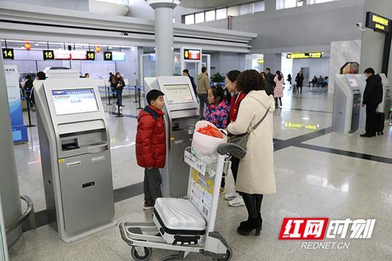 小小志愿者正在为旅客提供帮助。