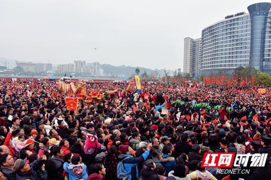 活动吸引万余名游客、市民前来观赏体验。