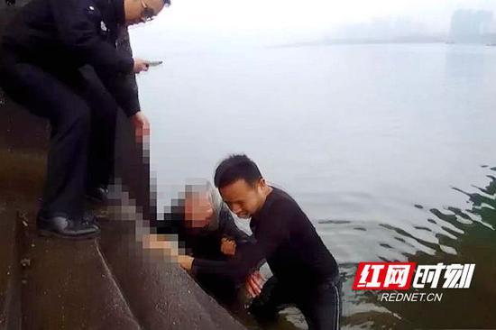 老人被成功救上岸。