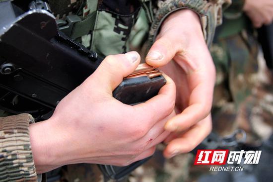 实战化的比武中,参赛者争分夺秒的填压子弹。