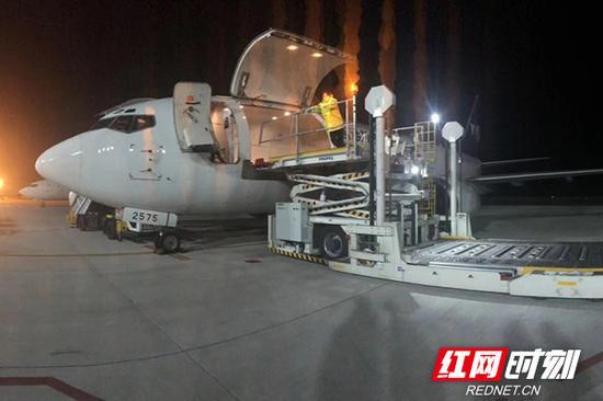 2月26日凌晨,长沙至曼谷省内首条跨境电商全货机包机顺利起航。