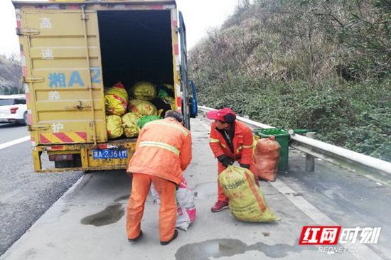 春运期间,养护工人加班加点将垃圾一车一车清理运走。