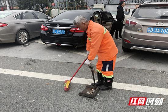 春运期间,郴州高速服务区内,保洁人员24小时不停歇打扫垃圾。