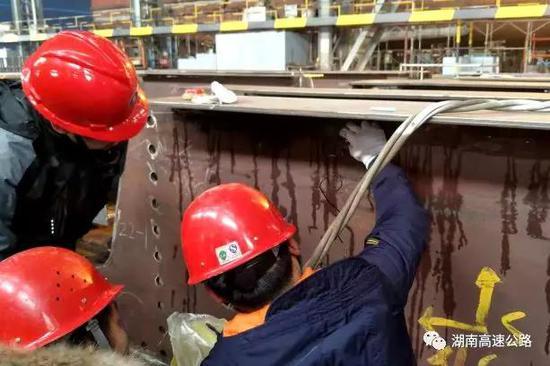 ▲长益扩容公司组织开展钢结构梁焊缝探伤检测。