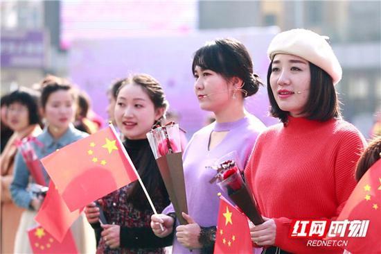 """3月12日上午,郴州市苏仙区庆祝第109个""""三八""""国际劳动妇女节暨欢乐海岸""""我和我的祖国""""主题快闪活动在欢乐海岸商业街举行。"""