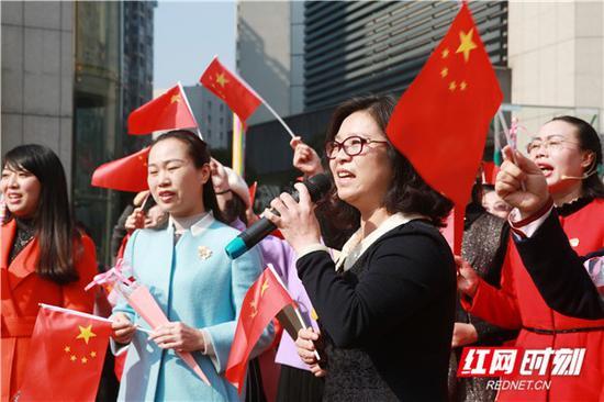 女老师们演唱《我和我的祖国》。