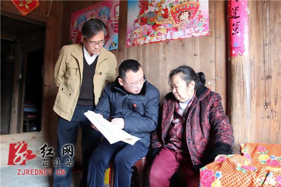 小李向张某解释法律条款。