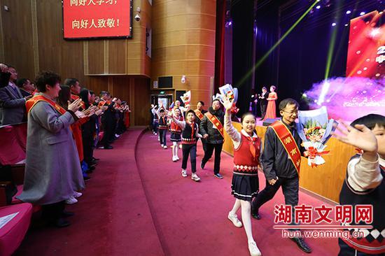 """全体观众起立,用最热烈的掌声欢迎""""中国好人""""""""湖南好人""""入场。图片来源:湖南文明网 记者 彭团 摄"""