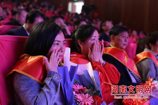 聆听好人故事,观众感动落泪。图片来源:湖南文明网 记者 彭团 摄