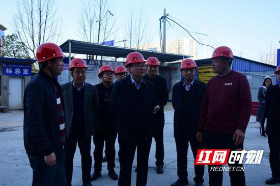 龚文密在路桥首府国际建筑工地检查安全生产工作。