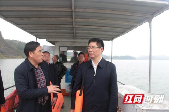 刘事青在邵阳县巡河(库)。