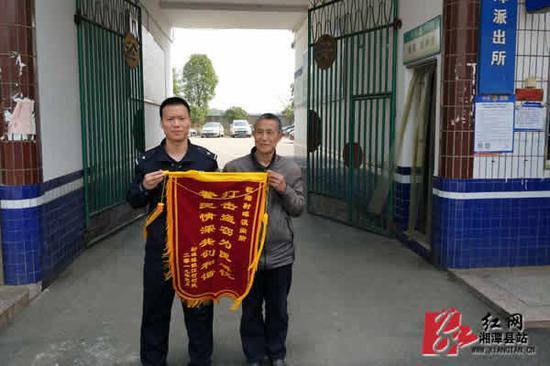 胡师傅给民警送来锦旗。