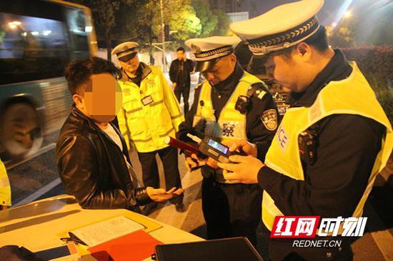 交警对过往车辆进行逐一检查,做到发现一起、查处一起。