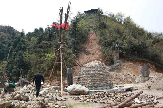 李子英希望能重修山坡上的那座插合殿。