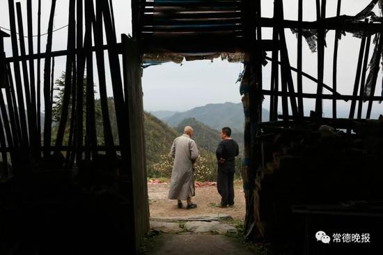 简陋的插合殿目前有两位僧人,李子英时常与他们交谈。