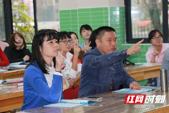 老师和家长?#19981;?#26497;参与书写练习。