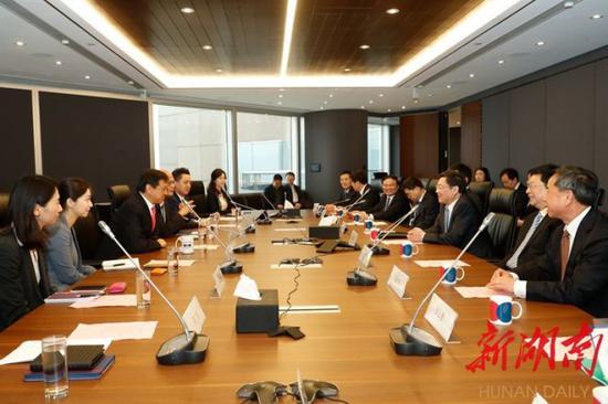 今天上午,省委书记杜家毫与香港交易所集团行政总裁李小加座谈。