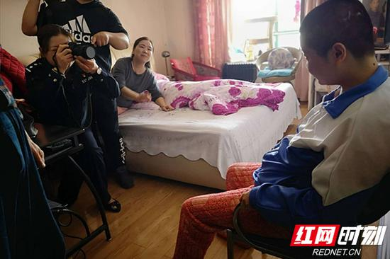 民警上门为于先生夫妇的女儿拍摄证件照片。