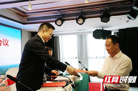 何朝晖接过相关部门负责人递交的责任状。