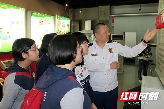 湖南消防救援总队防火监督部副部长谷小波结合自己几十年从事消防工作的经历,为同学们讲解常见的居民家庭火灾和校园火灾种类。