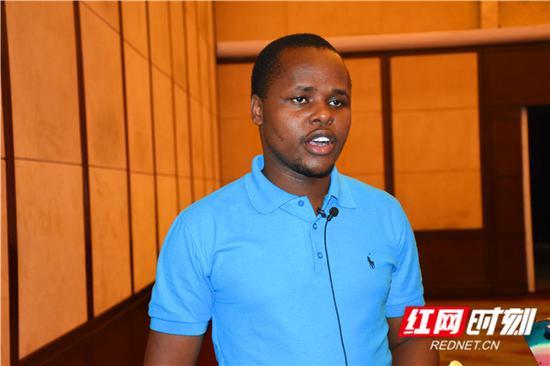 肯尼亚共和国《民族日报》记者奥杨戈·欧洛奇·维克多。