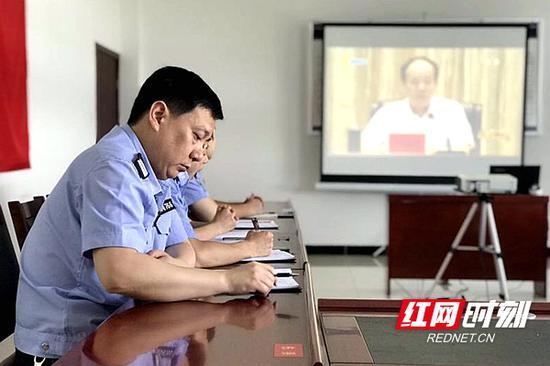 武陵公安分局启明派出所的党员认真聆听书记讲党课,记录学习笔记。