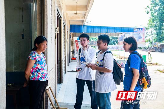 孩子们对当地村民进行走访调查。