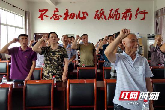 在各个分会场,在周德睿的领誓下,各位共产党员重温入党誓词。