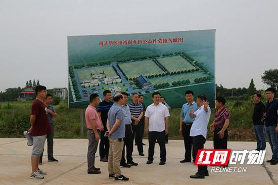 与会人员参观华阁镇裕阁农村公益性公墓。