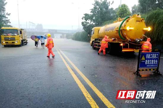 市政工人正在积极排水。