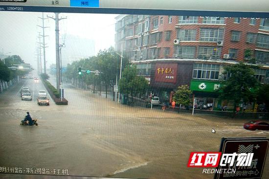 常德城区街道积水现场。